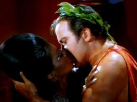 Bacio-Capitano-Kirk-Tenente-Uhura